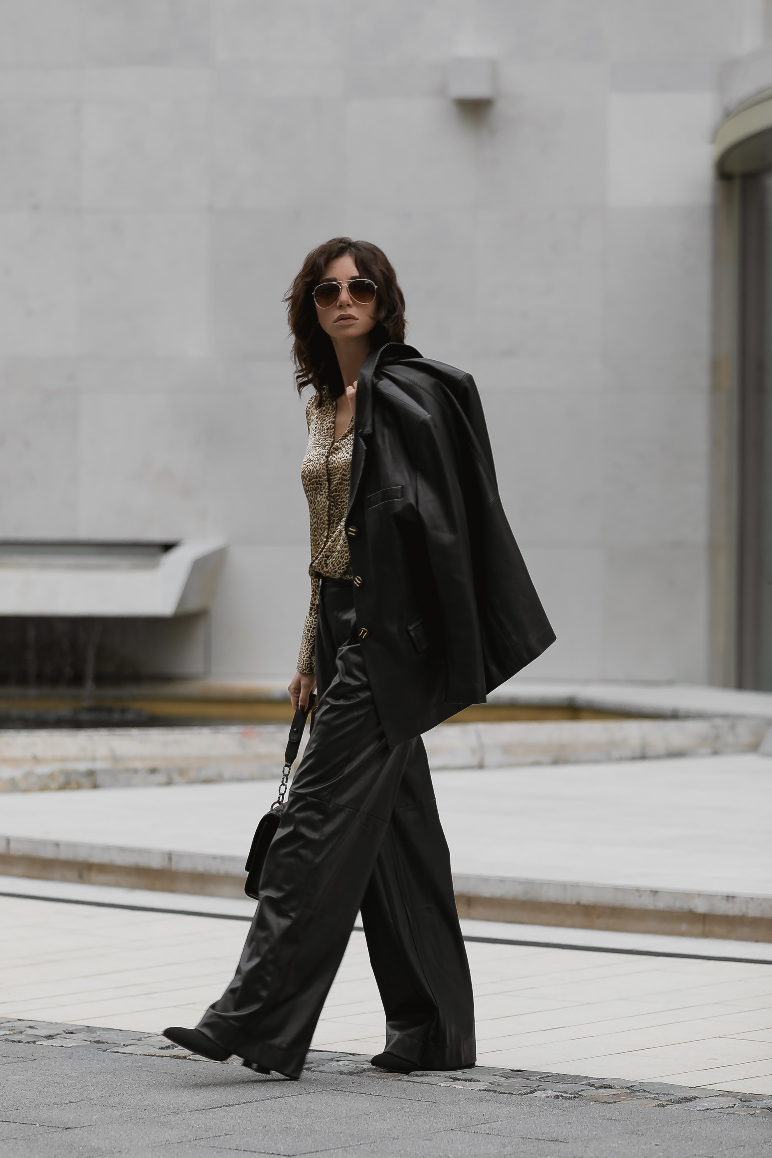 herbst-outfit-schwarz-lederhose-streetstyle-deutschland