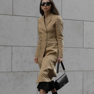 Modebloggerin Jasmin Kessler trägt einen classischen Trenchcoat von Ivy & Oak