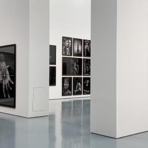 Der Eingang zur Untold Stories Ausstellung (Peter Lindbergh) mit verschiedenen Fotos im Großformat