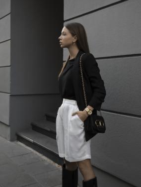 Outfit: Schwarzer Blazer, weiße Hose, Gummistiefel / Streetstyle von Jasmin Kessler