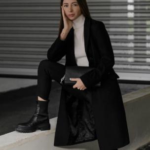 Modebloggerin Jasmin Kessler aus Köln trägt schwarze Chunky Boots von ARKET, einen schwarzen Wollmantel und eine Tasche von Calvin Klein (Streetstyle aus Deutschland)